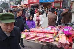 Cracker del fuoco nel servizio cinese dell'nuovo anno Fotografia Stock Libera da Diritti