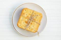 Cracker del Saltine su un piatto Fotografia Stock Libera da Diritti