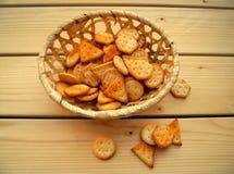 Cracker deliziosi in un canestro di vimini immagine stock