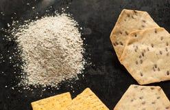 Cracker dell'intero grano e farina organici gialli e marroni Immagini Stock
