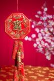 Cracker des roten Feuers über einem chinesischen Hintergrund des neuen Jahres Lizenzfreie Stockfotografie