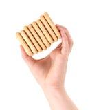 Cracker di soda del saltine della pila delle tenute della mano Fotografie Stock