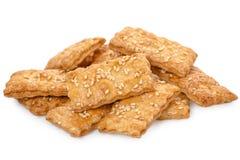 Cracker dolce del biscotto del biscotto con sesamo isolato su bianco, clos Fotografie Stock Libere da Diritti