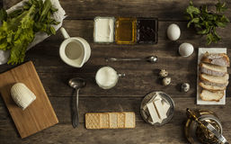 Cracker e formaggio della mozzarella su una tavola di legno Fotografia Stock Libera da Diritti