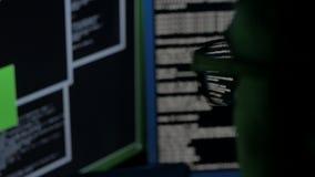 Cracker eines Computerprogramms stock video footage