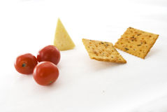 Cracker, formaggio e ciliegia dei pomodori. fotografia stock libera da diritti