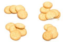 Cracker impilati isolati sopra fondo bianco fotografia stock libera da diritti
