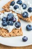Cracker interi del pane croccante della segale con i mirtilli Fotografie Stock