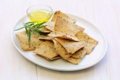 Cracker liberi dell'olio d'oliva dei rosmarini del glutine Fotografie Stock Libere da Diritti