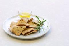 Cracker liberi dell'olio d'oliva dei rosmarini del glutine Fotografie Stock