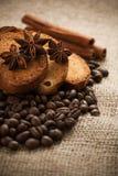 Cracker mit gebratenen Kaffeebohnen. Makro Lizenzfreies Stockfoto