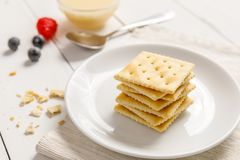 Cracker mit Kondensmilch und Frucht, Frühstück Stockbilder