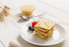 Cracker mit Kondensmilch und Frucht, Frühstück Lizenzfreie Stockfotografie