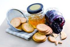 Cracker mit Orangenmarmelade und Blaubeermarmelade Lizenzfreies Stockbild