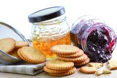 Cracker mit Orangenmarmelade und Blaubeermarmelade Lizenzfreie Stockbilder