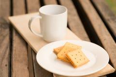 Cracker mit Schale Milch lizenzfreies stockbild