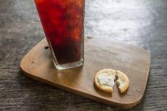 Cracker mit schwarzem Kaffee Lizenzfreies Stockfoto