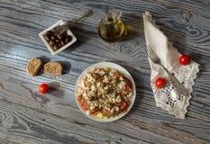 Cracker mit zerriebenen Tomaten, Feta, Oregano, Oliven und Olivenöl lizenzfreie stockfotos