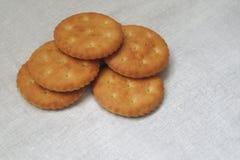 Cracker oder Bäckereinahrung gelegt auf weiße Gewebetischdecke Brot oder anderes Backwarenbild Haus gemacht von der Oma Bestes zu stockbilder