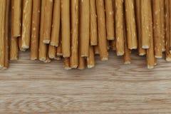 Cracker salati e croccanti del bastone sullo scrittorio di legno immagine stock libera da diritti