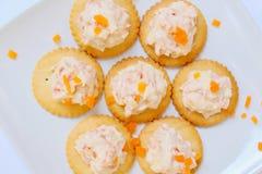 Cracker saporiti con formaggio cremoso, carota Spuntini sani, sul piatto fotografia stock