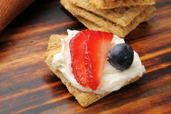Cracker with strawberry and blueberry Royalty Free Stock Photos