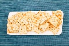 Cracker su un piatto Immagine Stock