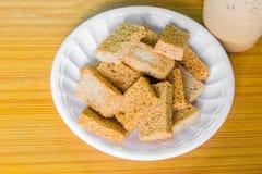 Cracker sul piatto di plastica Fotografia Stock