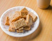 Cracker sul piatto di plastica Immagini Stock