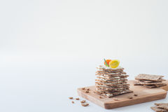 Cracker svedesi del pane croccante della segale impilati sotto forma di dolce negli strati con formaggio a pasta molle, i pomodor Fotografie Stock Libere da Diritti
