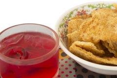 Cracker tailandese del riso con carne di maiale tagliuzzata secca ed e rosso del succo fotografie stock