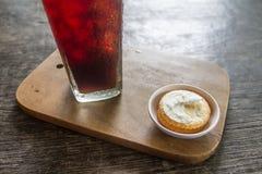 Cracker und Creme mit schwarzem Kaffee Stockbild