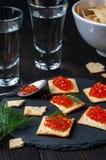 Cracker und roter Kaviar Stockbilder
