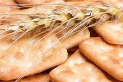Cracker und Stiele des Weizens Lizenzfreie Stockfotos