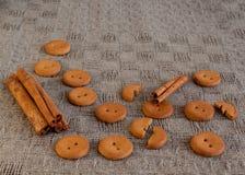 Cracker witn Zimt auf dem Tisch Stockfotos
