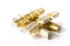 Crackerrs de la Navidad del oro aislados en blanco Fotografía de archivo