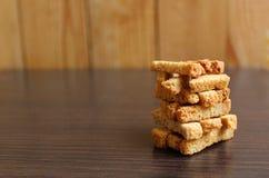 crackers aan knapperig bier gestapeld in een stapel stock fotografie