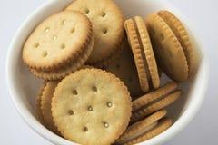 Crackers in een kom Stock Afbeelding