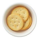 Crackers in een kom die op witte achtergrond wordt geïsoleerdk Royalty-vrije Stock Foto's