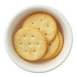 Crackers in een kom die op witte achtergrond wordt geïsoleerdw Stock Afbeelding