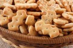 Crackers in een mand royalty-vrije stock afbeeldingen
