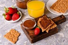 crackers met het Vullen en de Aardbeien die van de Chocoladehazelnoot worden uitgespreid royalty-vrije stock afbeelding