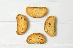 Crackers met rozijnen op een witte houten lijst, snack stock afbeeldingen