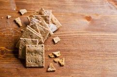 Crackers met zemelen stock afbeeldingen