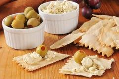 Crackers, olijven en feta-kaas royalty-vrije stock foto's
