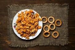 Crackers op een houten lijst Stock Fotografie