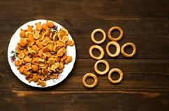 Crackers op een houten lijst Stock Afbeelding