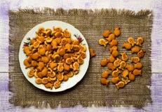 Crackers op een houten lijst Stock Foto