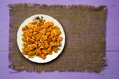 Crackers op een houten lijst Royalty-vrije Stock Fotografie