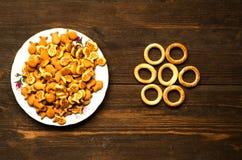 Crackers op een houten lijst Royalty-vrije Stock Afbeelding